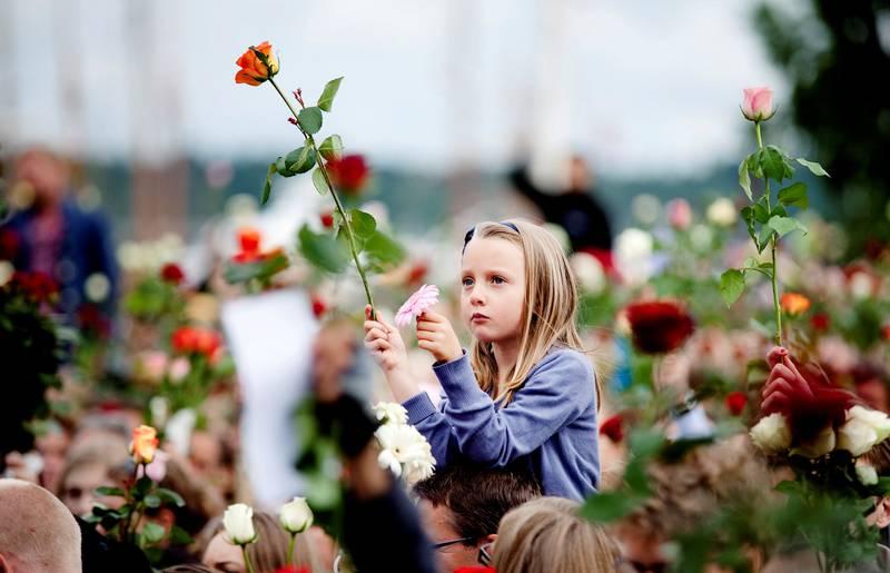 Rosetoget: Nordmenns spontane reaksjon mot 22. juli-terroren var å fylle byen med kjærlighet og roser.