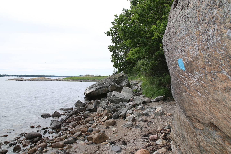 Blåmerket Kyststi tar oss fra Husebystranda mot Storesand.