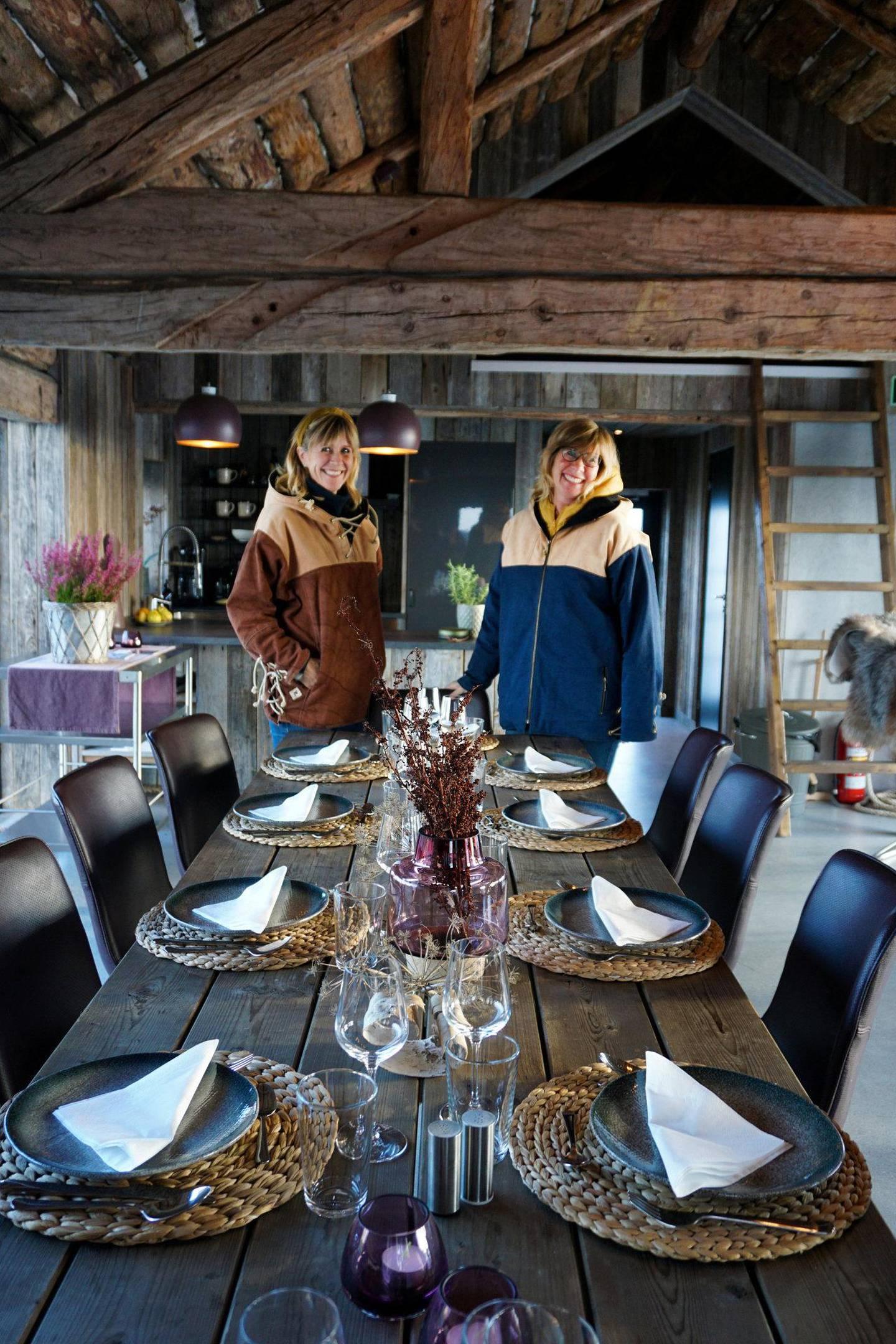Shipping-søstrene Line Nicolaysen og Hilde Røinås fra Grimstad har pusset opp flere gamle bygninger i fiskeværet, inkludert OlsenNaustet (bildet), og startet Olsens Pensjonat.