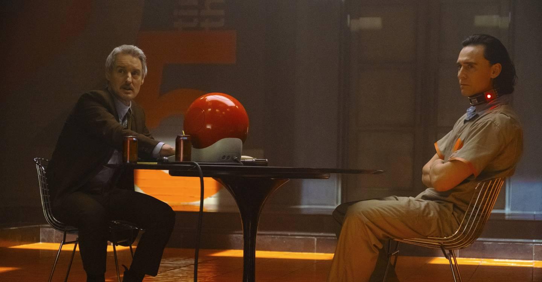 Owen Wilson har rollen som agent Mobius i tidsbyrået TVA, en ny utfordring for Loke.