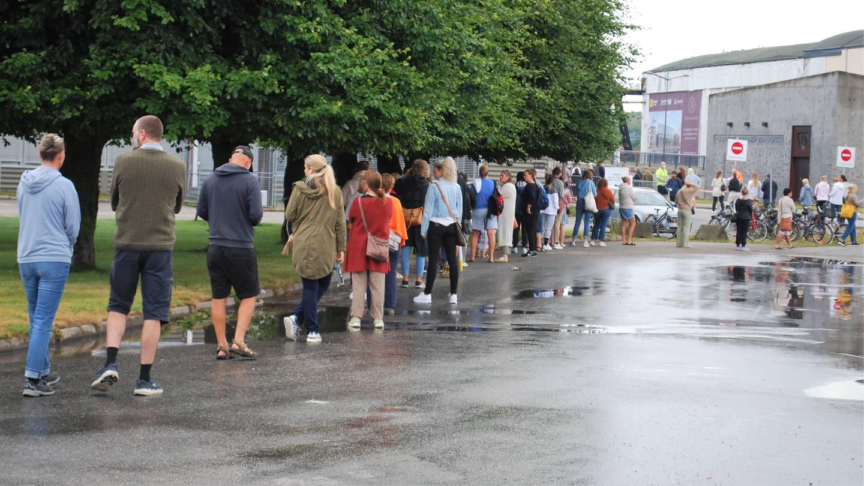 Kø for drop-in-vaksine utenfor vaksinasjonssenteret i Fredrikstad fredag 30. juli.