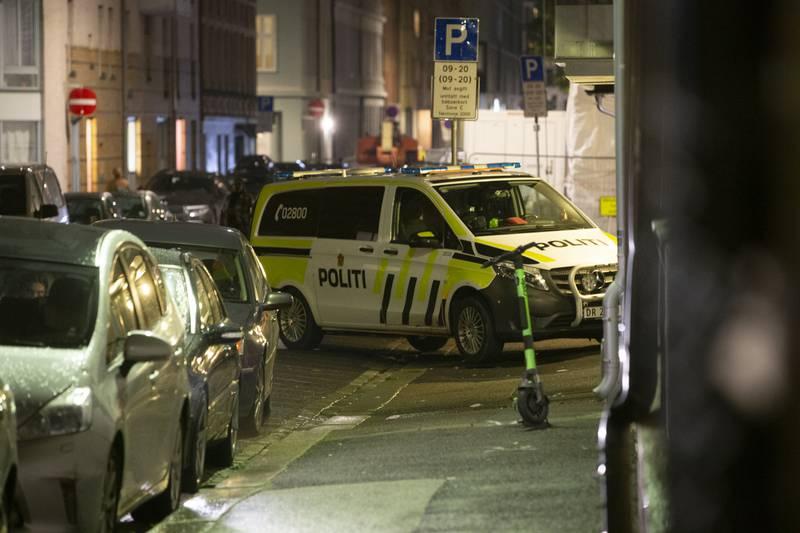 Politiet er fredag kveld i Heimdalsgata i Oslo med store ressurser etter en alvorlig voldshendelse. Flere politipatruljer og ambulanser er på stedet og gaten ble sperret av under politiaksjonen. Foto: Trond R. Teigen / NTB