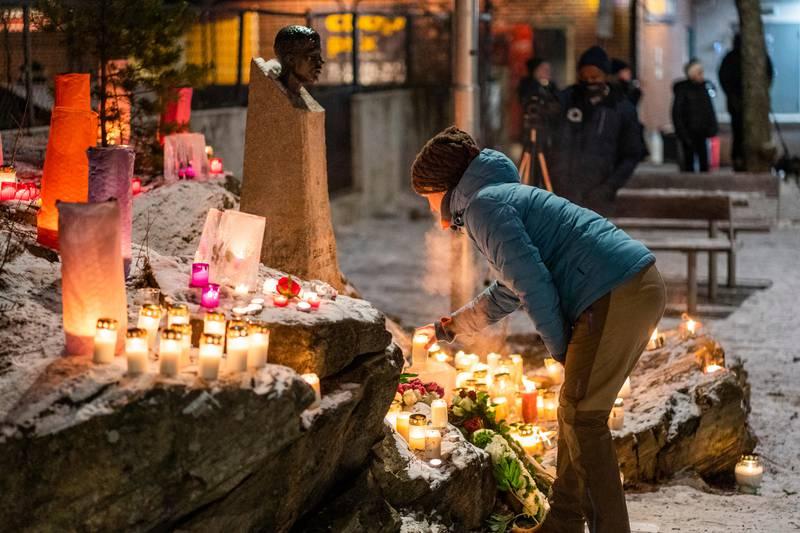 Oslo 20210126.  Tirsdag er de 20 år siden Benjamin Hermansen ble drept av nynazister på Holmlia i Oslo. Lokalmiljøet markerer dagen med blant annet lystenning ved minnestatuen på Åsbråten. Foto: Håkon Mosvold Larsen / NTB