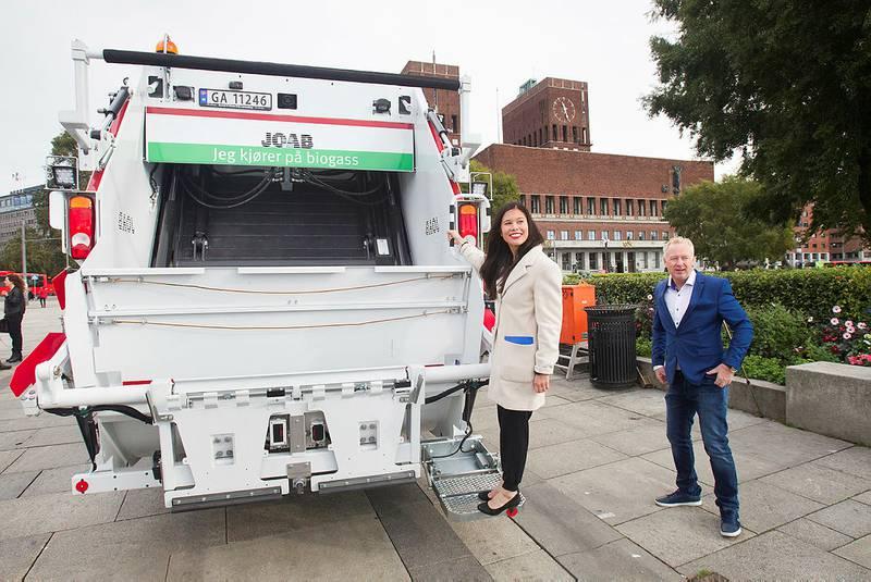 Veireno-sjef Jonny Enger sammen med miljøbyråd Lan Marie Nguen Berg i høst, i forbindelse med lanseringemn acv Veioreno som Oslos nye søppelkontraktør.