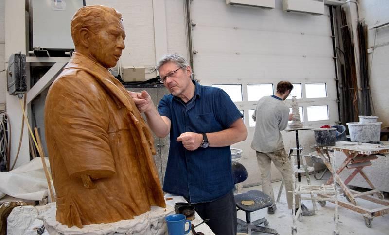 Billedhogger Harald Wårvik har i ett år jobbet med skulpturen av Jens Evensen.
