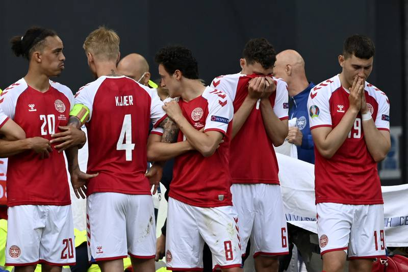 De danske spillerne samlet seg i ring rundt Eriksen mens han fikk livreddende førstehjelp. Foto: Stuart Franklin / AP / NTB