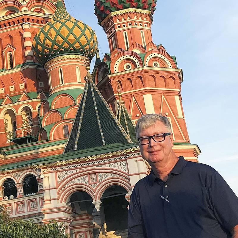 NRKs korrespondent i Moskva Jan Espen Kruse foran Vasilijkatedralen i Moskva.