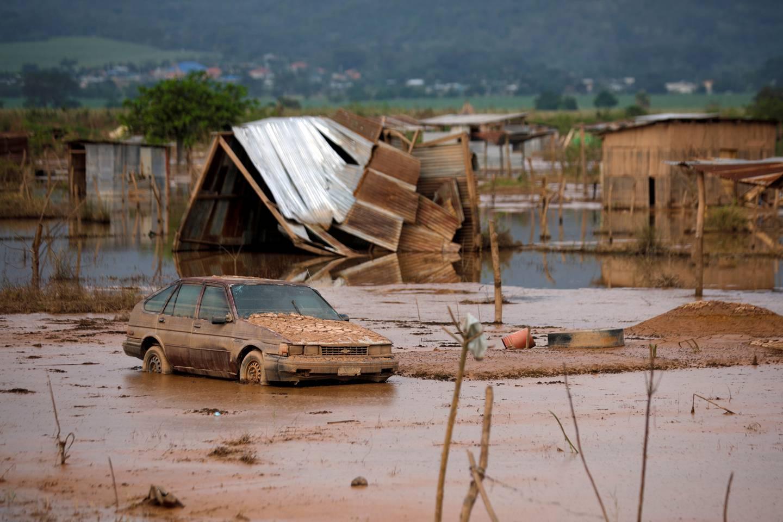En ødelagt bil etter flommen som fulgte de to orkanene som rammet Honduras og nabolandene i fjor.
