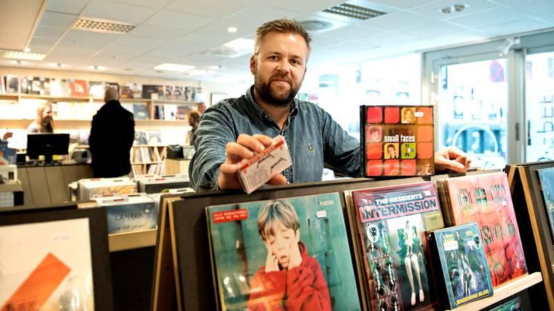 Kassett med Metallica og boks med de franske EP-utgivelsene til Small Faces er bare noen av sjeldenhetene som Andreas Leine Jacobsen selger på Record Store Day. FOTO: MIMSY MØLLER