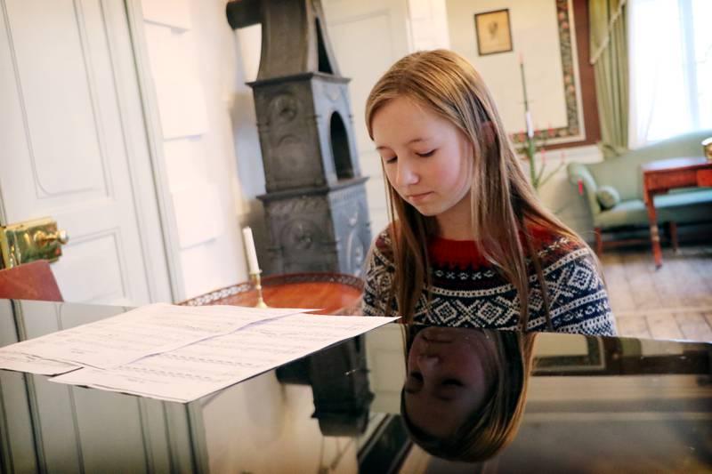 Liv Tjeldnes Rørosgaard spiller piano for gjestene på Ledaal. Tre nøtter til Askepott er favorittsangen hennes. Foto: Tone Helene Oskarsen