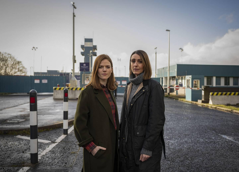 Etterforsker Silva får hjelp av kollega Kirsten Longacre (Rose Leslie), som tar seg av politiarbeidet på land.