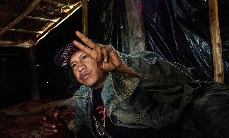 Vinden river i plasten som dekker den lille hytta i jordokkupasjonen Toropaso. Universitetsstudenten Elson snakker med lav stemme når han forklarer hvordan volden mot urfolksgruppa Guarani-Kaiowá har eskalert de siste årene.