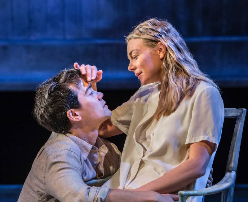 Marte Engebrigtsen som Anna og Hermann Sabado som den unge elskeren i Liv Ullmanns regi på Nationaltheatret. FOTO: ERIK BERG