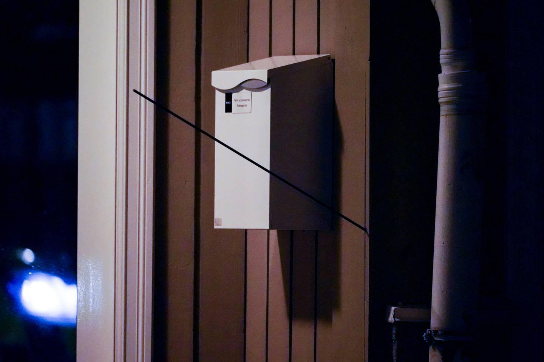 Kongsberg 20211013.  En pil står i en vegg i Kongsberg.  Foto: Håkon Mosvold Larsen / NTB