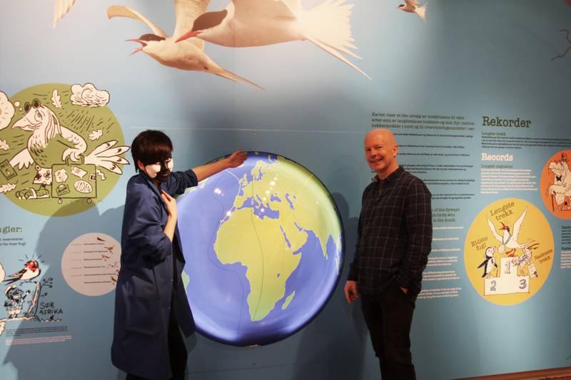 Her viser naturformidler og «kjøttmeis» Åshild Nordahl og avdelingsdirektør Rudolf Svensen noen av trekkrutene til fuglene i utstillingen.