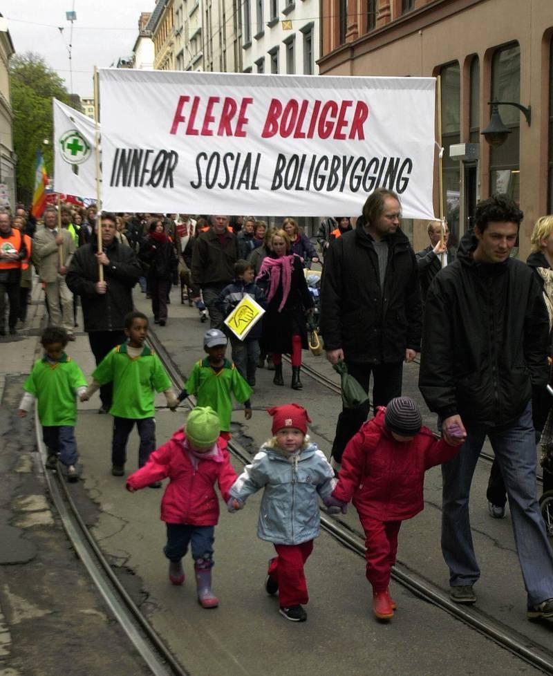 """Oslo 20030501 Tradisjonen tro var det 1. mai tog i Oslos gater torsdag. mange av parolene gjaldt boligsituasjonen. Banner med parole """"Flere boliger - Innfør sosial boligbygging"""". Foto: Jarl Fr. Erichsen / SCANPIX"""