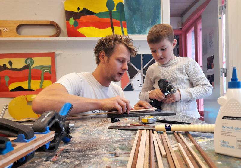 Tredesigner Ole Bentzon viser Marcus (7) hvor han skal bore.
