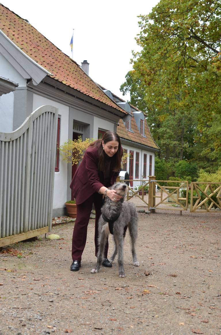 I historiens nøysomme Hvaler-samfunn kneiser Dahlgrens familievilla som en herregård mellom store eiketrær.