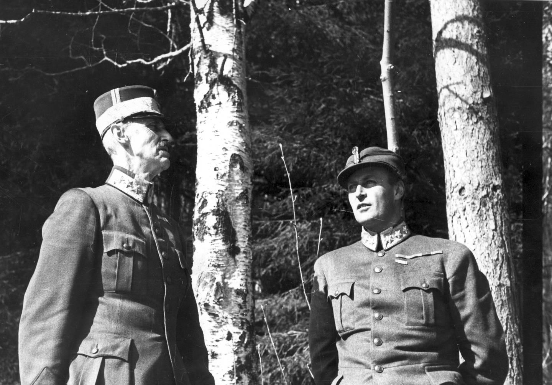 Krigen i Norge etter tyskernes overfall 9. april 1940. Konge og Regjering flykter nordover. Kong Haakon og kronprins Olav under flukten, ved bjørketrær utenfor Molde. De søker dekning under et flyangrep på byen.