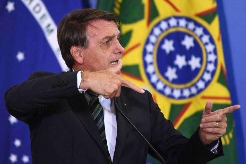 Brasils president Jair Bolsonaro har fått krass kritikk for koronahåndteringen. Bare USA har flere koronadøde enn Brasil.
