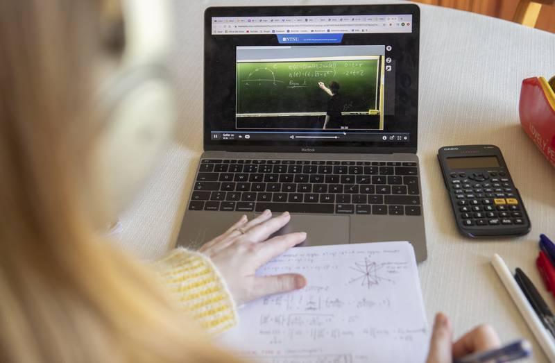 Mange universiteter og høgskoler fortsetter med digital undervisning, til tross for at landet nå er gjenåpnet og enmeteren fjernet. Foto: Berit Roald / NTB