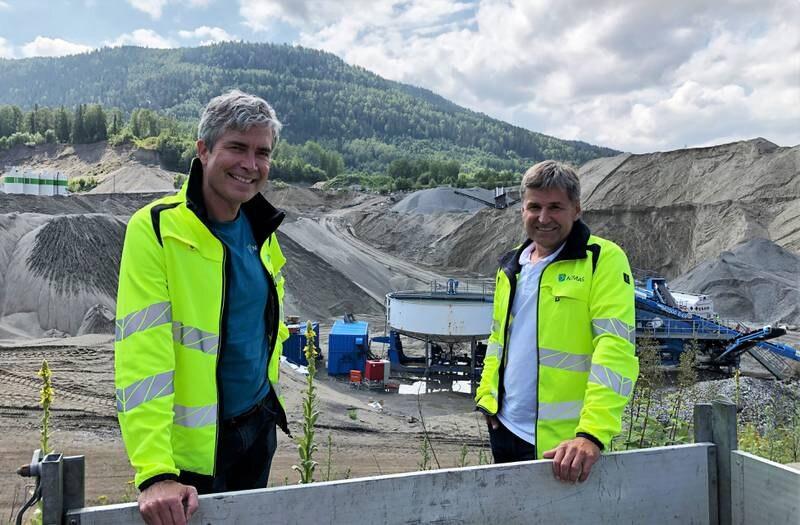 Ole Petter Diseth, leder for samfunnsansvar og bærekraft (t.v.) og daglig leder Ole Terje Letmolie på Nomas anlegg på Ryghkollen i Drammen.