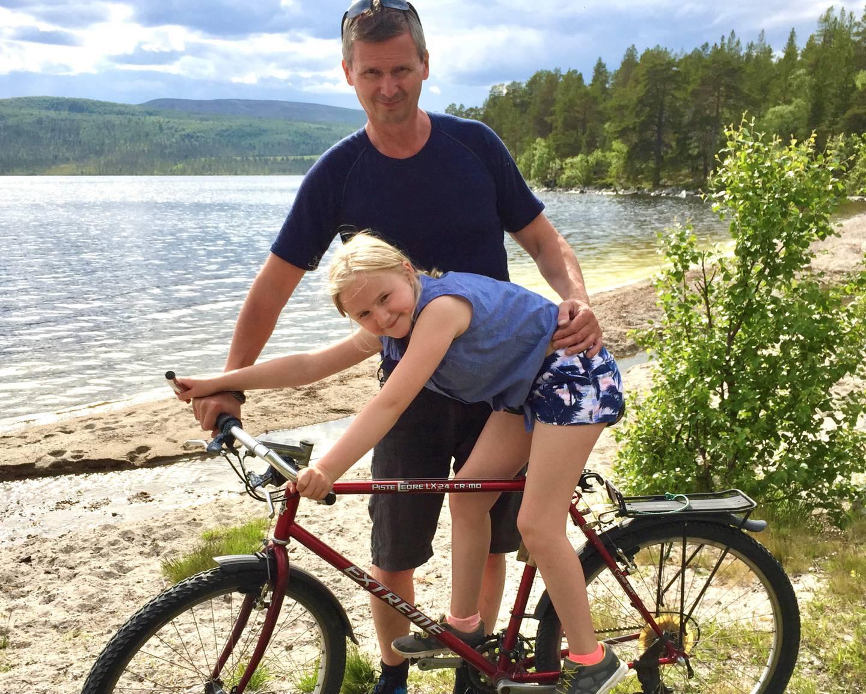 Veksten i bilparken er problematisk på mange ulike måter, påpeker Baard Amundsen, styreleder i Syklistenes Landsforening, her med datteren Marthe under en sykkeltur nær Røros.