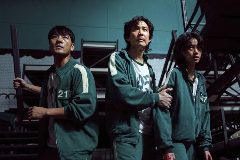 Her er Park Hae-soo, Lee Jung-jae og Jung Ho-yeon i en scene fra den sørkoreanske dramathrilleren «Squid Game», som har truffet en nerve – med sin handling der økonomisk pressede mennesker spiller et dødelig barnespill for å unnslippe gjelden. Foto: AP
