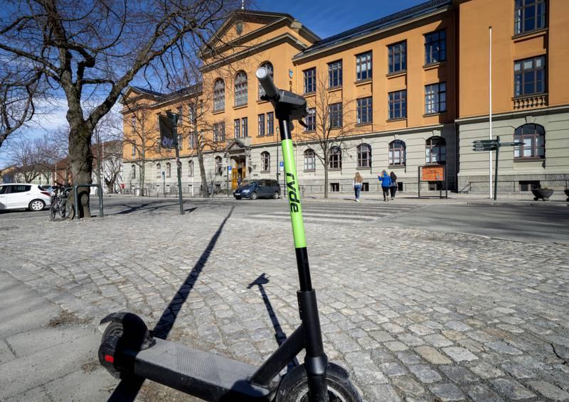 Fra 18. mai blir det forbudt med flere på samme elsparkesykkel. Blir du tatt, får du 3.000 kroner i bot. Foto: Gorm Kallestad / NTB