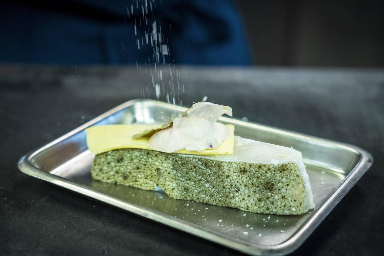 Når du baker fisken på beinet, med skinnet på, beholder du fiskefettet som gjør måltidet saftig og smaksrikt.