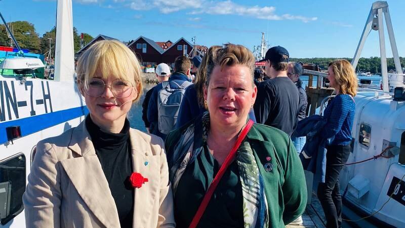 Hvaler-ordfører Mona Vauger (Ap, t.v.) og fylkesråd for utdanning Siv H. Jacobsen (Ap) i Viken fylkeskommune ved åpningen av VG2 Fiske og fangst under Fikseriets dag i Utgårdskilen på Hvaler.