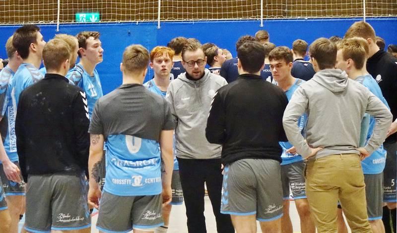 Sandnes-trener Heine Jensen under timeout i kampen mellom Viking og Sandnes søndag. Foto: Håkon Mannsåker