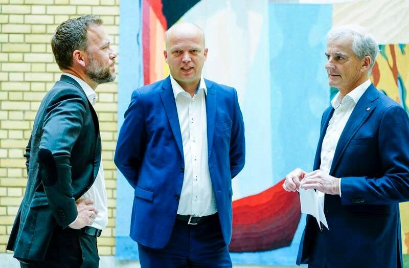 Denne trioen ser ut til å styrke sin posisjon fram mot valget til høsten ytterligere, viser gjennomsnittsmålingen for juni. Fra venstre SV-leder Audun Lysbakken, Sp-leder Trygve Slagsvold Vedum og Ap-leder Jonas Gahr Støre. Foto: Terje Pedersen / NTB