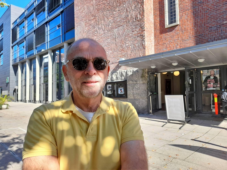 Leif Jacobsen (75) i gul t-skjorte, foran valglokalet i Fredrikstad sentrum 13. september 2021