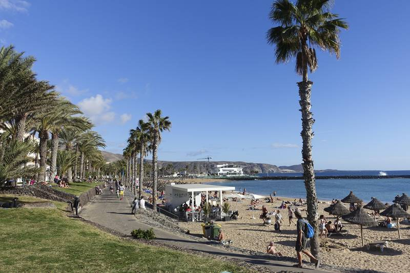De som ønsker palmesus i Syden bør bestille billetter som har kostnadsfri avbestilling eller ombooking, er rådet fra forsikringsselskapene. Her ser vi strandpromenaden i Los Cristianos på Tenerife Foto: Marianne Løvland / NTB