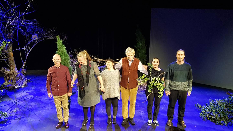 «Ways of Seeing»-teamet på scenen etter forestillingen på Vega Scene tirsdag kveld. Fra v. Ali Djabbary, Pia Maria Roll, Hanan Benammar, Kjetil Lund, Sara Baban, Marius von der Fehr
