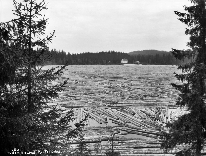 Tømmerfløting på Katnosa i 1928 i Nordmarka i Lunner kommune i Oppland