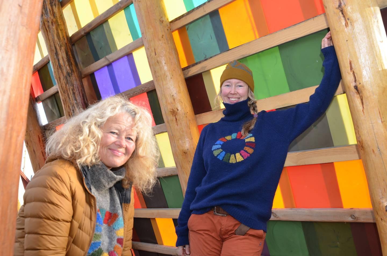 Prosjektleder Anne Skauen og kunstnerisk leder Solveig Egeland kan stolt invitere til digital innvielse av Håpets katedral. Nærmere 10.000 dugnadstimer er lagt ned av frivillig innsats for å reise katedralen. Et interreligiøst samlingsrom bygget i tråd med FNs bærekraftsmål. Takplatene er laget av plast som har forurenset hav og strender.