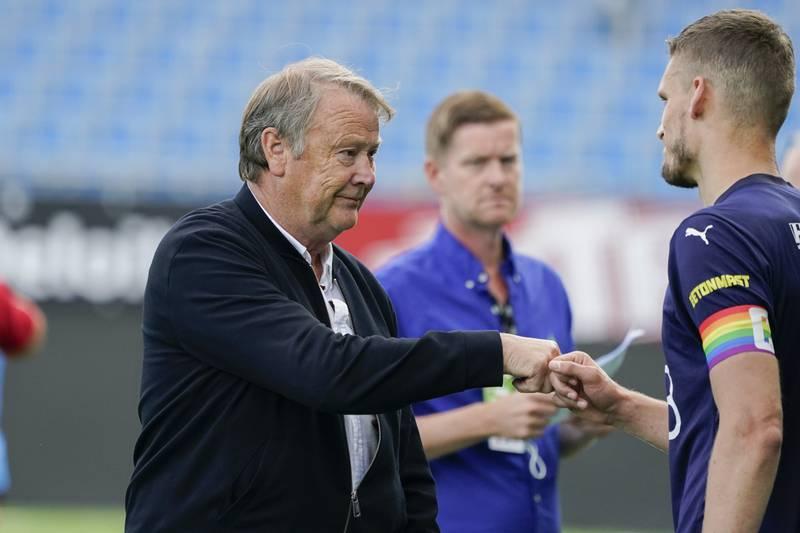 Åge Hareide hilser på Gustav Valsvik, som for anledningen bar et kapteinsbind i regnbuens farger, noe Hareide ikke vil se på norske arenaer. Foto: Terje Bendiksby / NTB