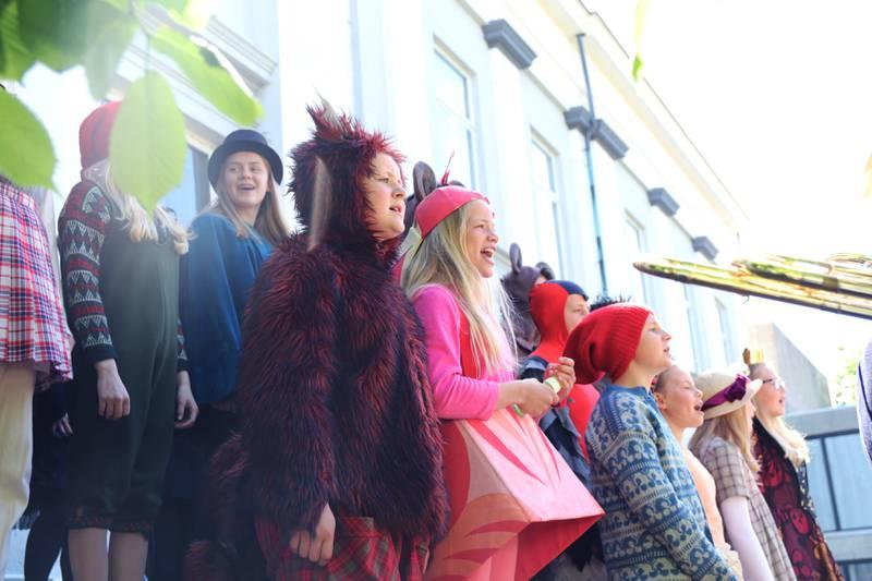 Barne- og ungdomsteateret stod for musikken under åpningen av Stavanger museum, sammen med Stavanger studentsangforening og Jernbanens musikkorps Stavanger. Foto: Ingvild Wathne Johnsen