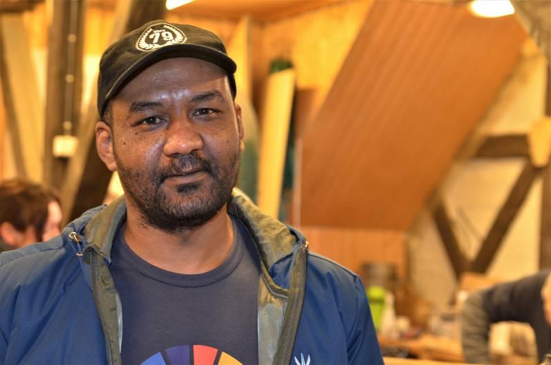 Hakim Abdalgadir er miljøarbeider i Fredrikstad kommune og så tidlig hvilke utfordringer innvandrere over 50 år har. Med minimal norskopplæring og lite nettverk faller de fort på utsiden av samfunnet.