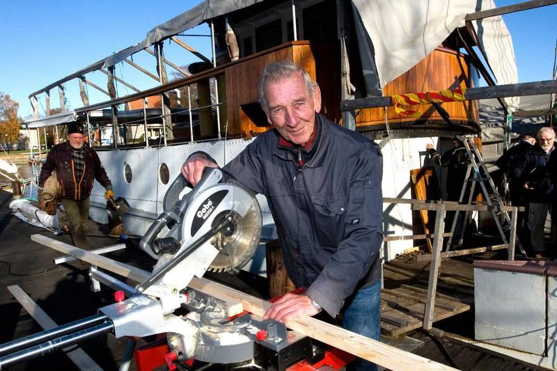 FRA BUSS TIL BÅT: Han var i mange år en profilert disponent i Fredrikstaddistriktets Rutebiler, Bjørn Sandhaug. Som pensjonist svinger han saga ved Hvaler-båtens verkstedkai på Isegran.