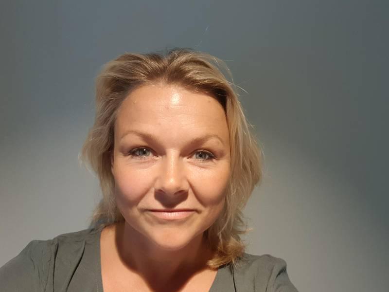 Lena Buholt er barnevernspedagog og bekymret for barna hvis de ikke skal få lov til å dra tilbake på skolen igjen etter andre smitteutbrudd i Indre Østfold.