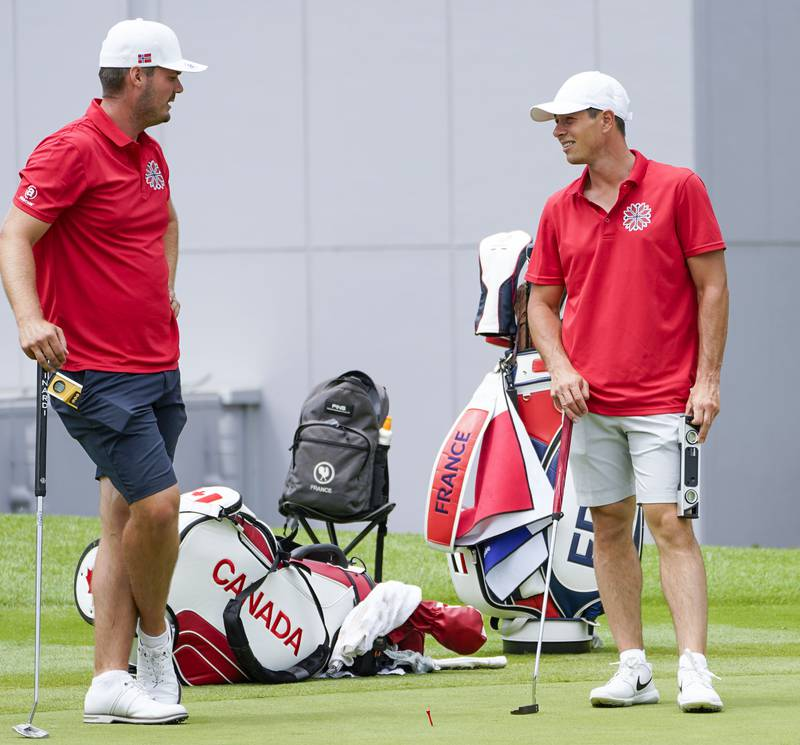 Golfspillerne Kristian Krogh Johannessen (t.v.) og Viktor Hovland under trening på Kasumigaseki Country Club i Tokyo. Foto: Lise Åserud / NTB.