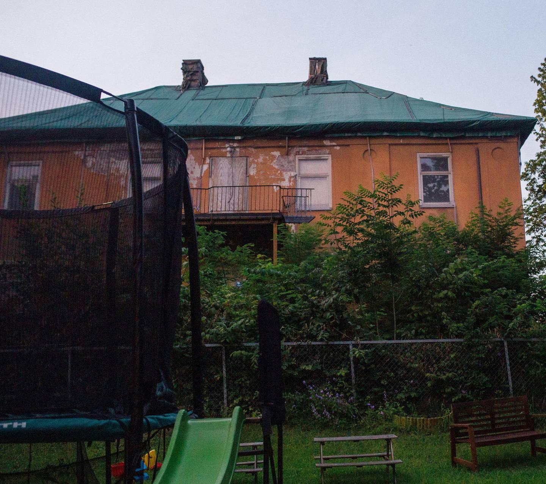 NABO: Villaen ligger tett inntil andres hager.