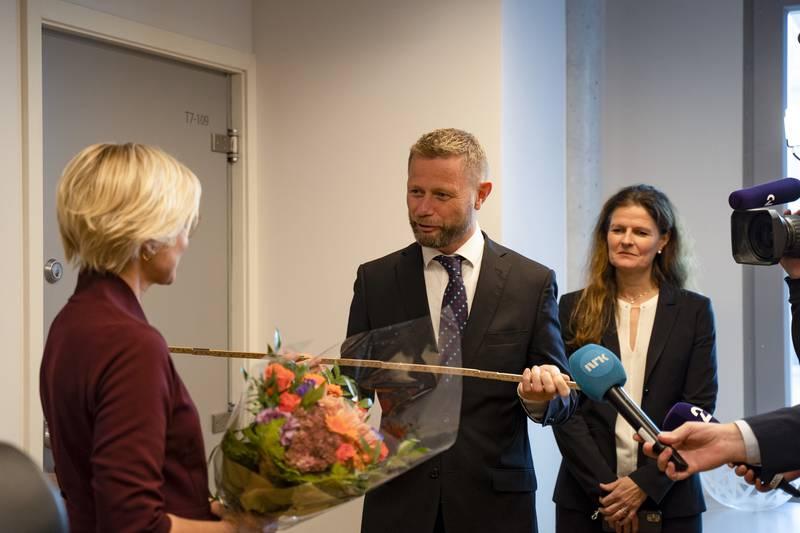Bent Høie overrekker tommestokk og nøkkel til sin etterfølger som helse- og omsorgsminister Ingvild Kjerkol (Ap). Foto: Ali Zare / NTB