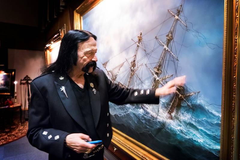 JULIUSSEN: Ivan Storm Juliussen med bildet Ingermannland rett før åpningen. Pris 250.000 kroner.