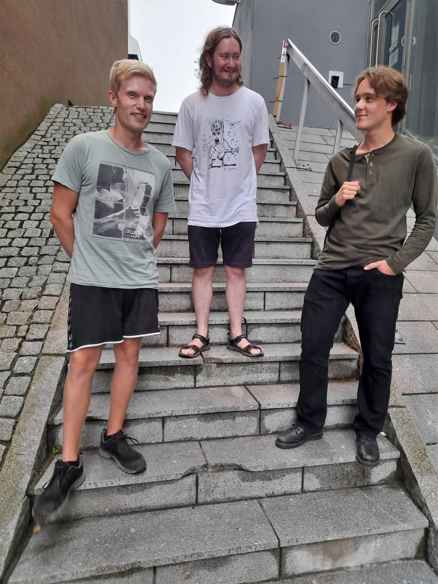 Bandet Ed, Edd og Eddy i trappa ved kinoen i Fredrikstad