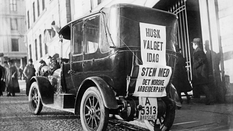 Valgkampen i Oslo i 1921. Bildet er tatt i Youngsbakken, foran det daværende Folkets Hus. FOTO: Arbeiderbevegelsens arkiv og bibliotek