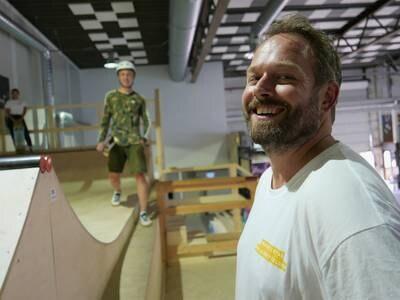 Skatehallen fikk ny rampe: – Gull for nybegynnerne